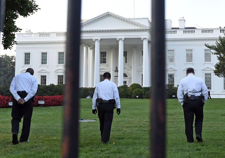Leden van de Secret Service voor het Witte Huis in Washington Beeld null