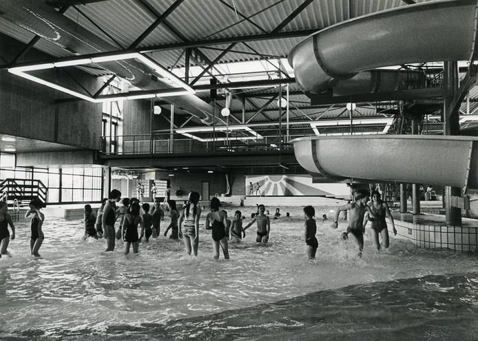 Drukte vlak na de opening van het Golfbad in de jaren 80.