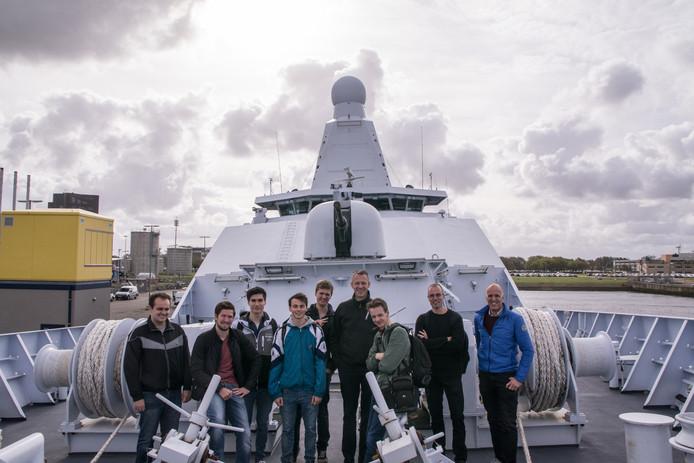 De Saxion-studenten op het patrouilleschip, met als derde van rechts Silas Entjes.