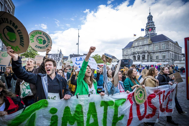 Deelnemers aan een klimaatmars lopen in mei door de Maastrichtse binnenstad. De klimaatactivisten willen dat het klimaatakkoord van Parijs strikt wordt gevolgd.