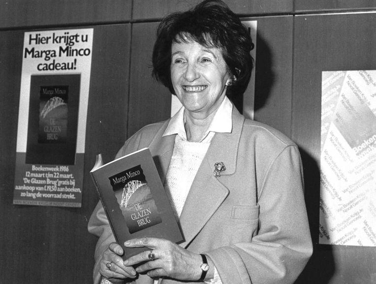 1986-02-24 12:00:00 Tijdens een persbijeenkomst ter gelegenheid van het jaarlijks terugkerende festijn 'Boekenweek 86' heeft schrijfster Marga Minco haar boekje 'De glazen brug', gekozen als boekenweekgeschenk, gepresenteerd. Beeld ANP