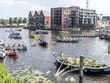 Roeien door de grachten in Zwolle: het past nét