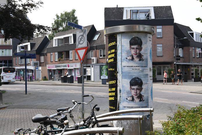 OOSTERHOUT. Foto Pix4Profs/Jan Stads Een van de gemeentelijke plakzuilen. Die staat op de hoek van de Mathildastraat en Klappeijstraat.