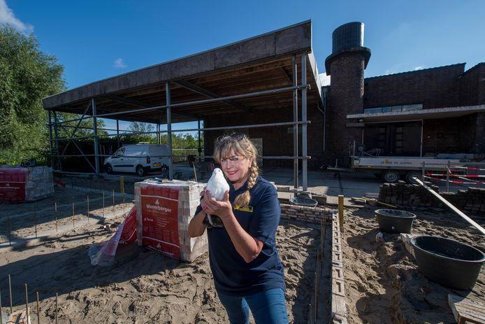 Marja van Gessel is blij met de nieuwbouw bij Stichting Dierenhulp.