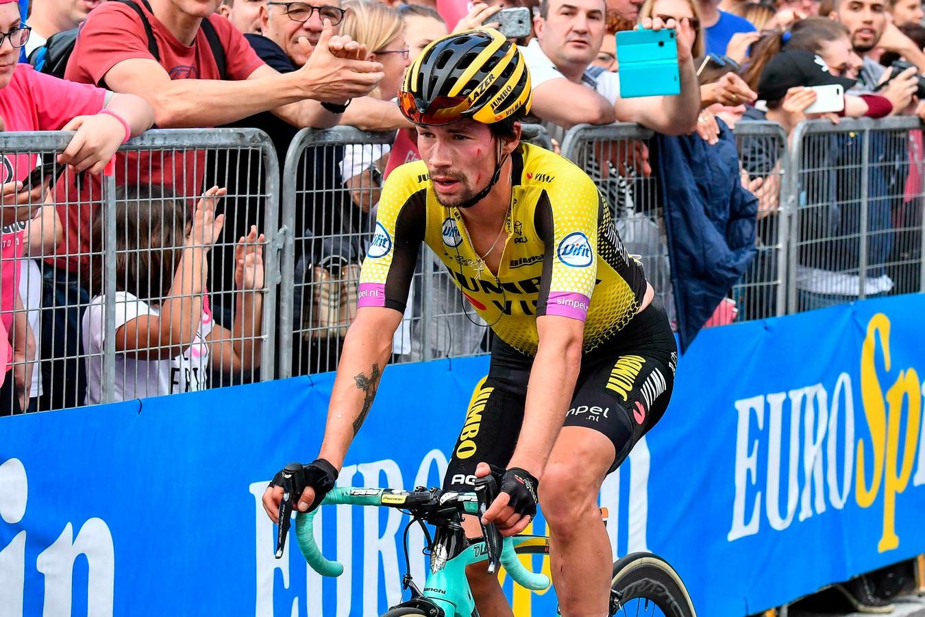 Primoz Roglic komt gehavend over de streep na de 15de etappe.