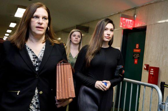 Jessica Mann arriveert in de rechtbank;