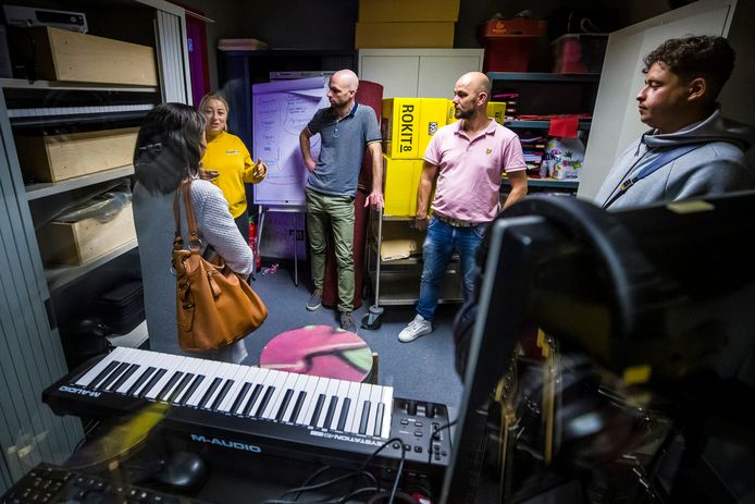 Jongerenwerker Mirsada Berisha (tweede van links) vertelt een aantal docenten van de Bossche Vakschool over de muziekstudio in jongerencentrum 4West.