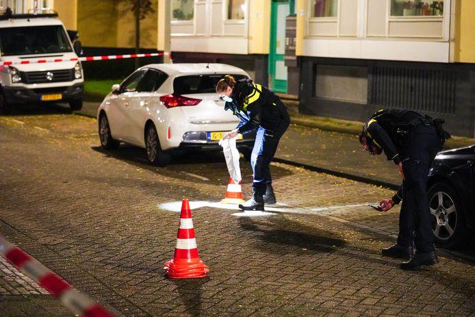 Op straat werden meerdere kogelhulzen gevonden.