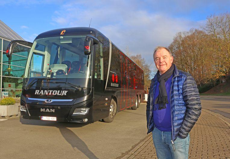 Rantour-baas Kurt Rollier bij zijn nieuwste aanwinst: de MAN Lion's Coach voor de Rode Duivels.