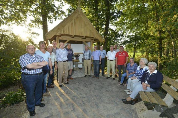 Een groep bewoners van het Tusveld heeft zelf een mariakapel gebouwd.
