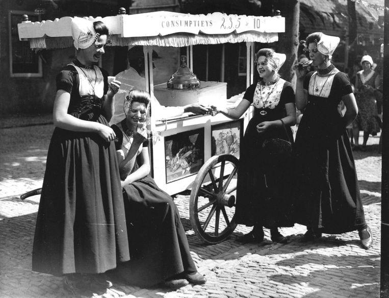 Klederdracht, hier begin jaren dertig van de vorige eeuw op Walcheren, was ook in de negentiende eeuw al leuk voor buitenlandse toeristen. Beeld ANP
