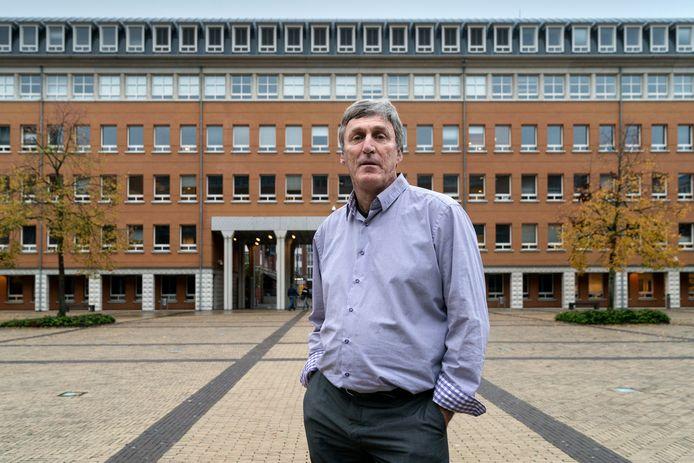 Sjef van Creij voor het paleis van justitie in Den Bosch.