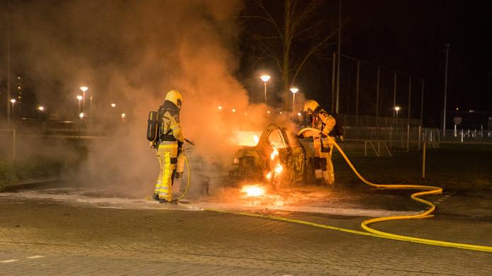 Autobrand op de parkeerplaats bij Deventer voetbalclub Sallandia.