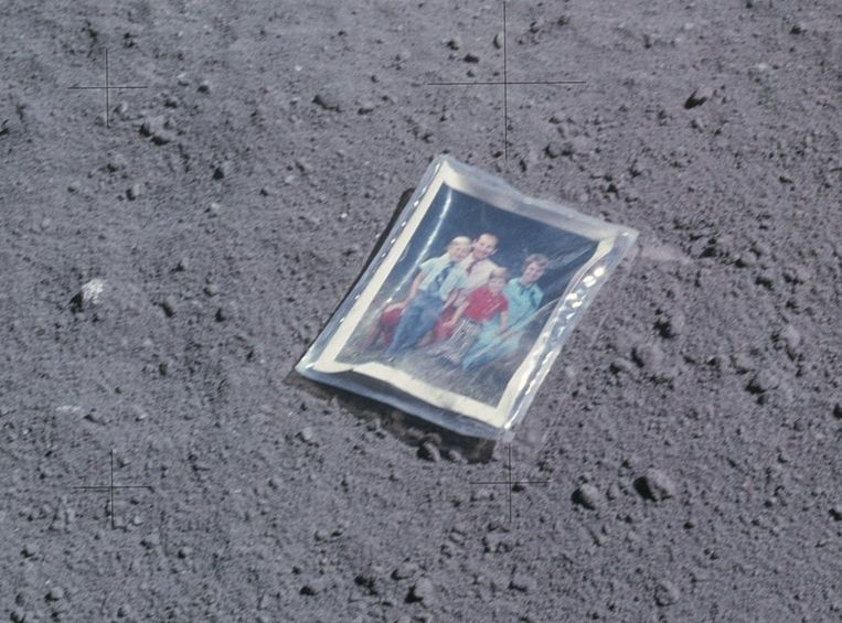 De familiefoto die astronaut Charlie Duke achterliet op de maan. Beeld null