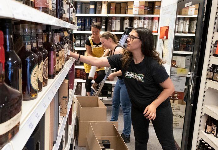 Regina Sual, Christa Steketee en Sarah Dooms (vlnr) werken hard om alle flessen van Oost-Souburg naar Vlissingen te verhuizen.