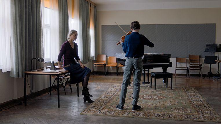 Nina Hoss (links) en Ilja Monti  in Das Vorspiel. Beeld