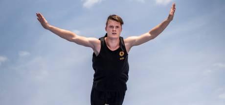 Trampolinespringer Milco Abrahams uit Oss maakt salto's nu noodgedwongen buiten: 'Het is niet ideaal'
