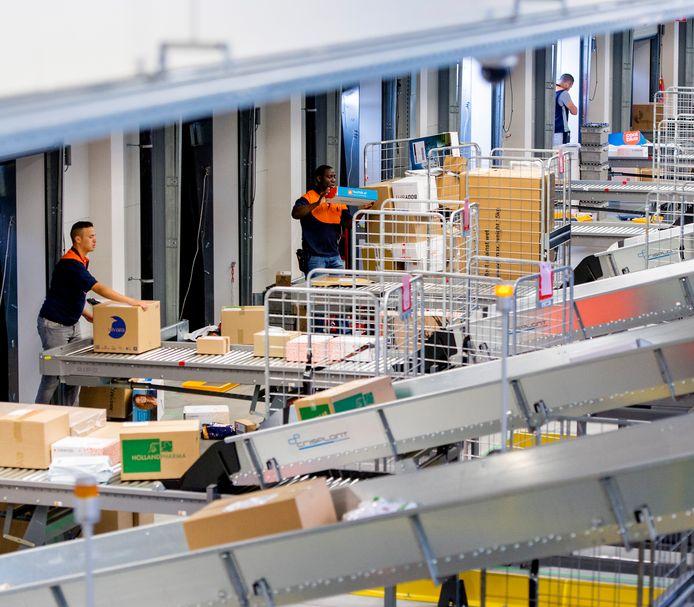De vakbond eist dat uitzendkrachten in sorteercentra van PostNL hetzelfde loon krijgen als vaste werknemers die hetzelfde werk doen.