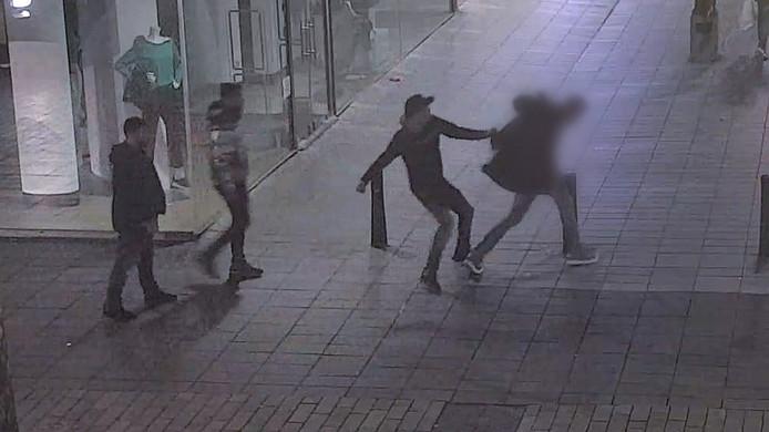Een van de slachtoffers wordt belaagd en vervolgens bewusteloos geslagen.
