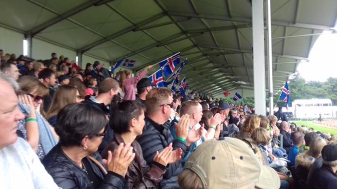 Enthousiast publiek zwaait met IJslandse vlaggen voor een IJslandse deelnemer aan het WK IJslandse Paarden.