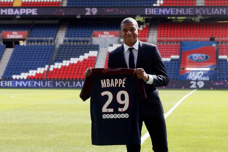 Op 31 augustus 2017 tekende Mbappé bij PSG, een week later werd hij aan het publiek voorgesteld.