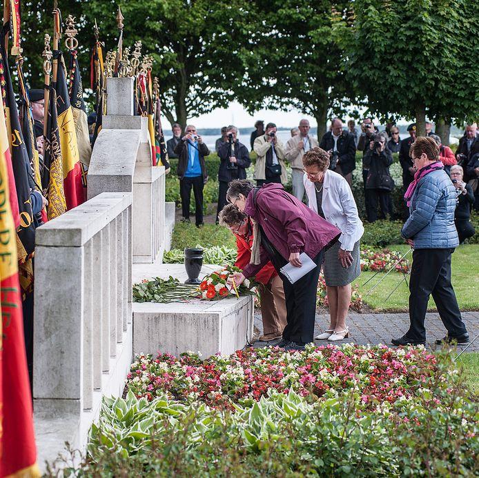 2015: Familieleden van een Belgische militair die omkwam bij de Rhenus-ramp in mei 1940, leggen bloemen bij het oorlogsmonument op de erebegraafplaats in Willemstad.