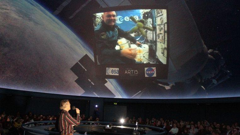 Tijdens de live-verbinding met André Kuipers was te zien hoe Artis de Marsis zweefde door het ruimtestation ISS Beeld Artis