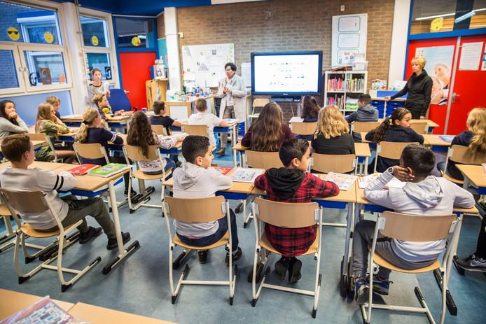 Door het lerarentekort moesten de twee groepen 8 van basisschool De Dijck door als één grote klas van 36 leerlingen. Een paar weken geleden kreeg juf Dorathea er nog vijf uit een andere klas bij en stond ze voor 41 kinderen.