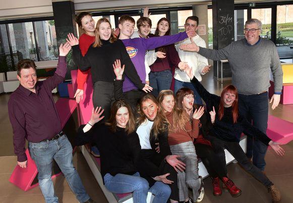 Leerlingen van het vijfde jaar Woordkunst-Drama van het Heilig Graf speelden onder leiding van regisseur Jan Verheijen (rechts) in de pestfilm.
