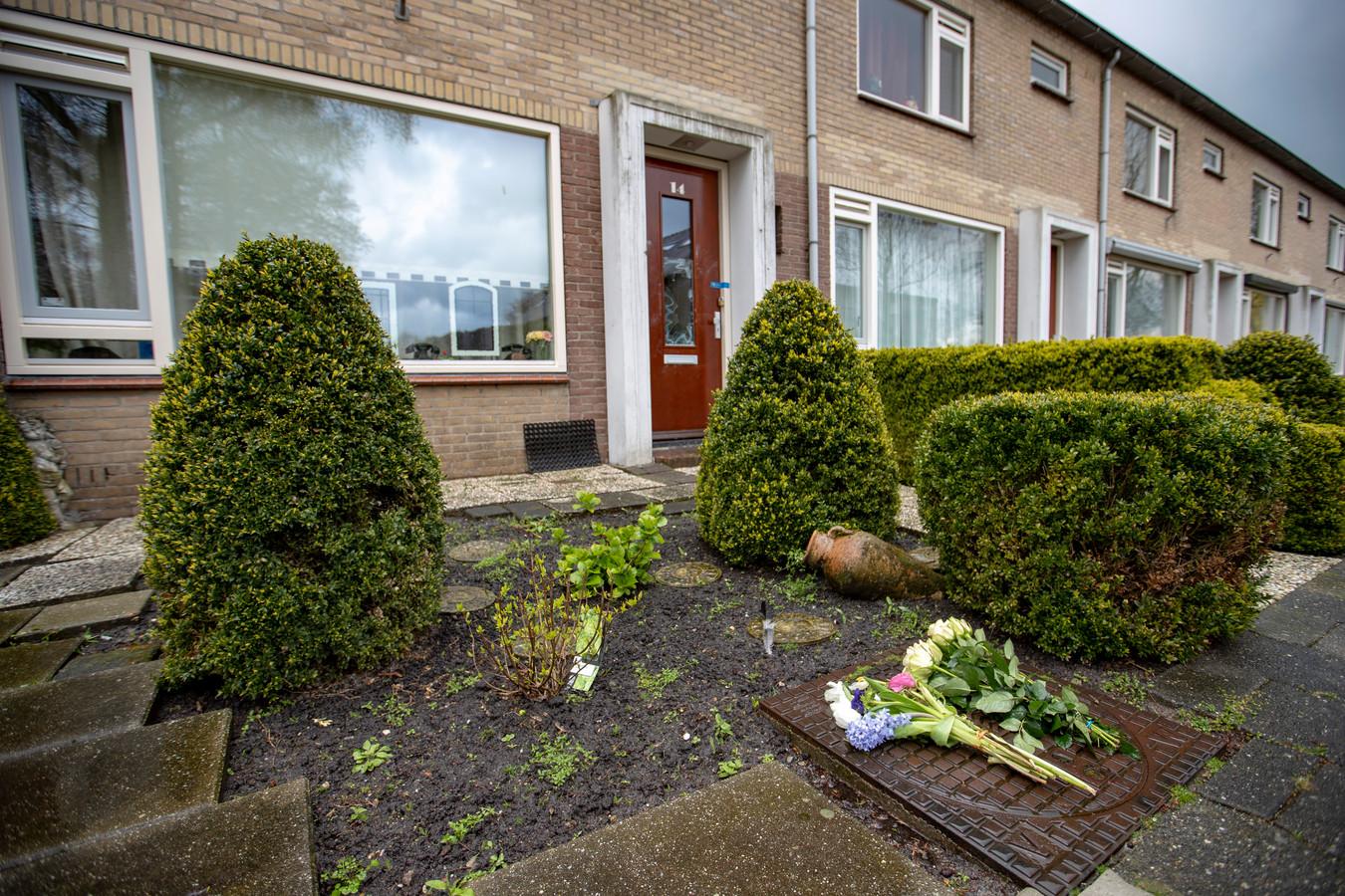 De dag na de fatale schietpartij legden bewoners van Mijdrecht bloemen bij de woning van het 45-jarige slachtoffer.