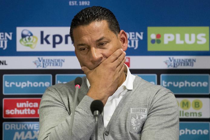Een teleurgestelde Vitesse-trainer Henk Fraser na afloop van de wedstrijd tegen Excelsior.
