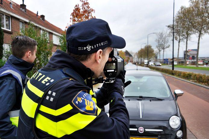 Een politieman houdt een snelheidsmeting (foto ter illustratie)