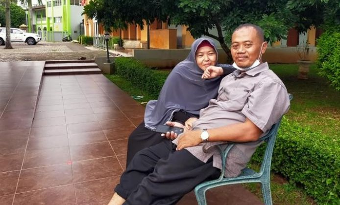 Muhammad Nur Kholifatul Amin met echtgenote Agus.