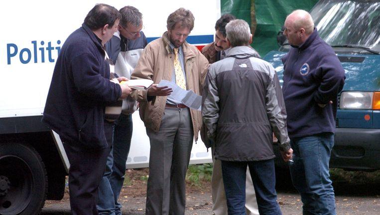 Hoofdonderzoeker Eddy Vos leest informatie tijdens het onderzoek.