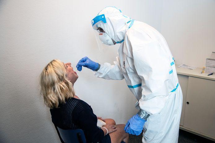 Foto ter illustratie. Een vrouw ondergaat een coronatest.