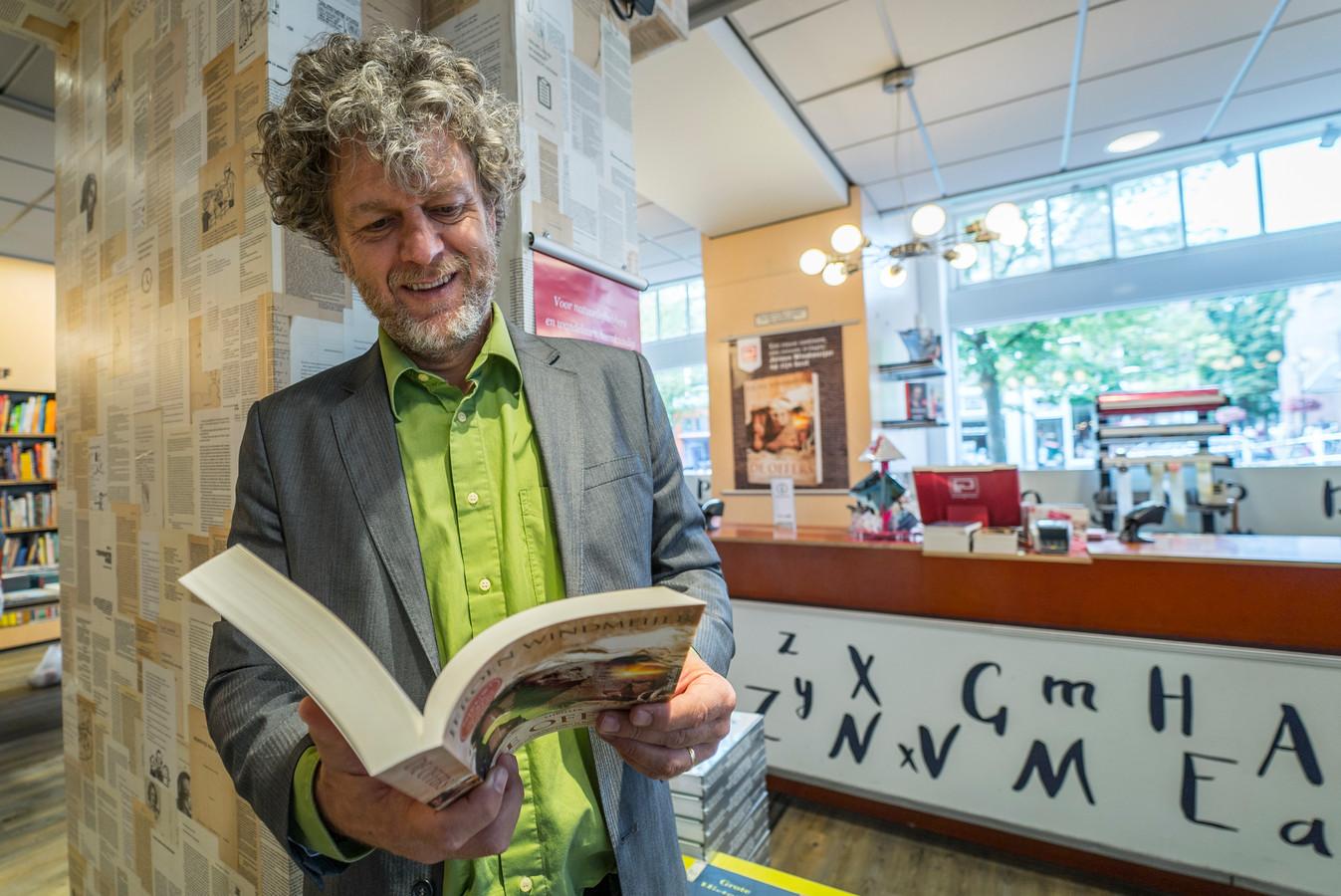 Schrijver Jeroen Windmeijer signeert in boekhandel Het Paard van Troje in Goes.