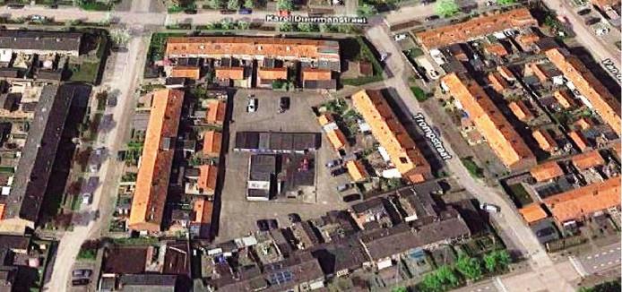 Een deel van het beschikbare budget voor het leefbaarheidsplan Genemuiden is bestemd om het pleintje (midden)  achter de woningen aan de Trompstraat een groener aanzien te geven.