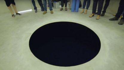 Nieuwsgierige museumbezoeker valt letterlijk in zwart gat