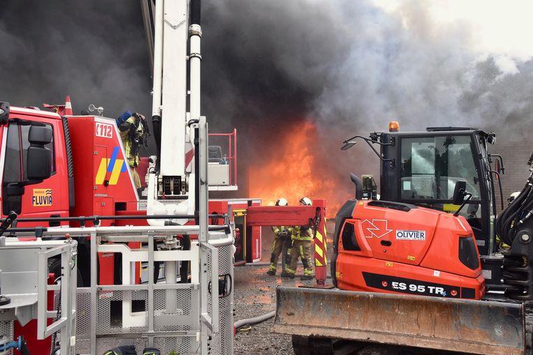 De brand woedde in alle hevigheid. Er zat voor de brandweer niks anders op dan de loods van aannemer Kris Witdouck gecontroleerd te laten uitbranden.