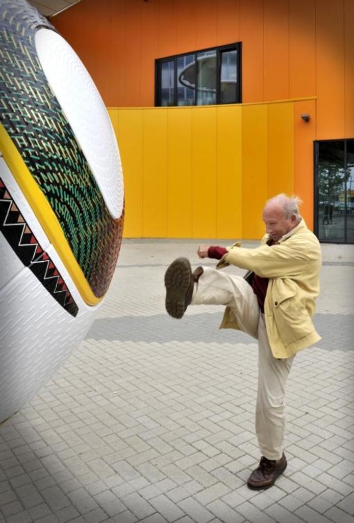 Morgen wordt hij tachtig, maar bij het Nationaal Voetbalmuseum in Middelburg laat Rinus Bennaars nog even iets van zijn fluwelen traptechniek van weleer zien. foto's Thom van Amsterdam