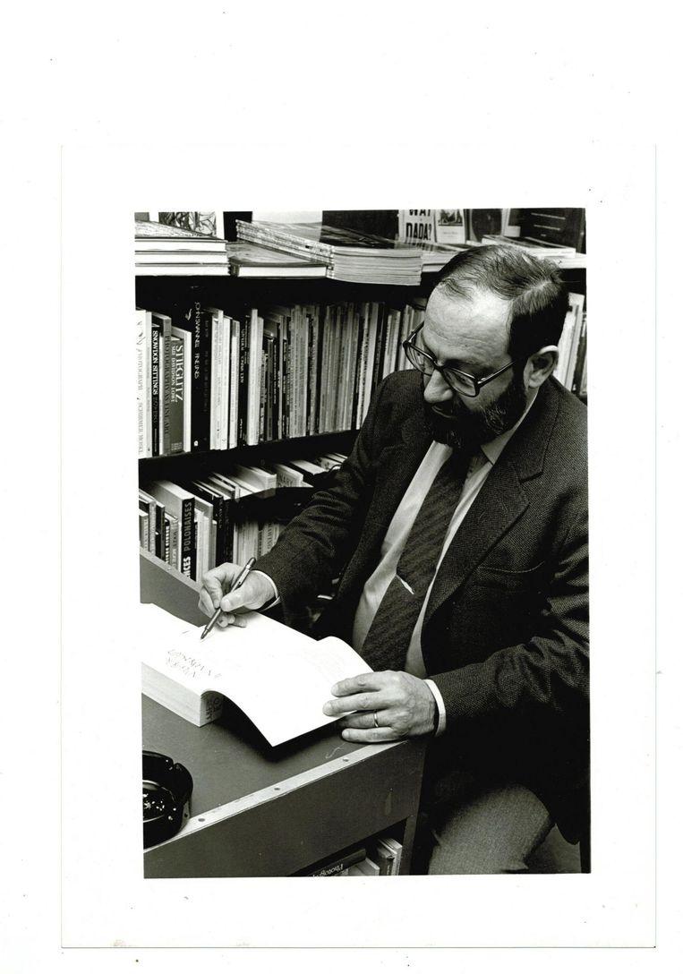 Umberto Eco Signeert. Beeld Ewoud de Kat