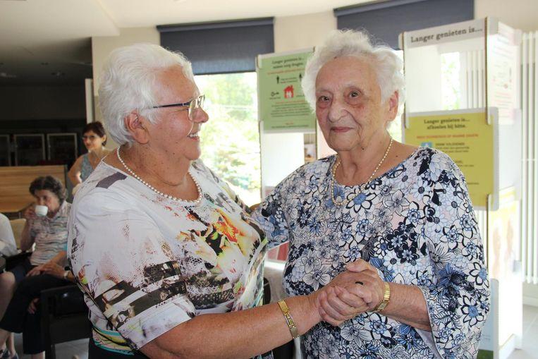 De 95-jarige Germaine (rechts) gooit de benen even los met jongere zus Inesse.