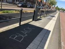 Protestleuzen over omgebrachte George Floyd op stoep bij Utrechtse bushalte