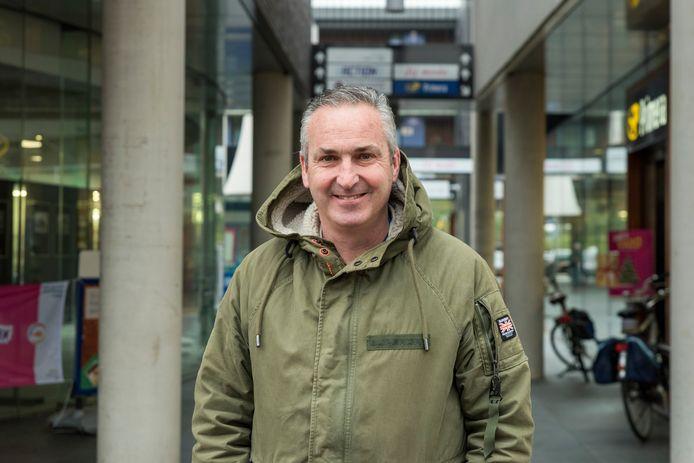 Niels van Elzakker bij de passage in Hoogerheide waar hij een Primera runt. 'Ik vraag aandacht voor de veiligheid van winkelpersoneel nu criminelen door een mondkapje anoniem en onherkenbaar worden.'