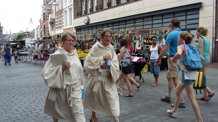 Goed drinken is het devies aan de deelnemers in hun middeleeuwse gewaden, soms dikke kleding van fluweel