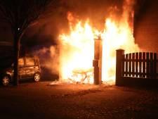Gezin met baby moet huis ontvluchten door brandende auto onder carport in Oss