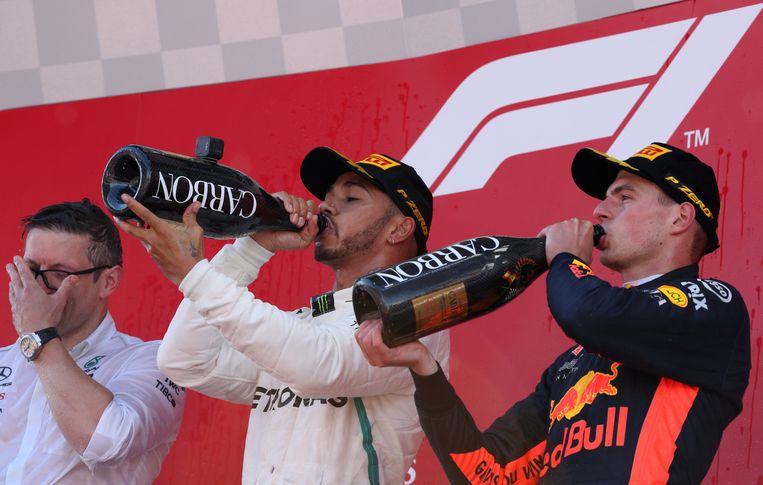 Max Verstappen drink champagne  op het podium. Beeld Reuters