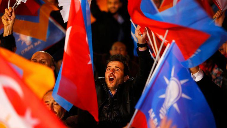 Aanhangers van de AK-partij vieren de verkiezingsoverwinning voor het hoofdkantoor in Ankara.