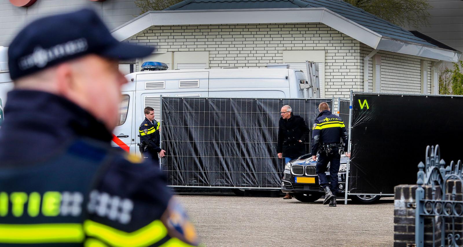 Grietje B. (57) uit Deventer, die wordt verdacht van het doodschieten van haar echtgenoot Lauwie van Lies komt aan in een geblindeeerde auto.
