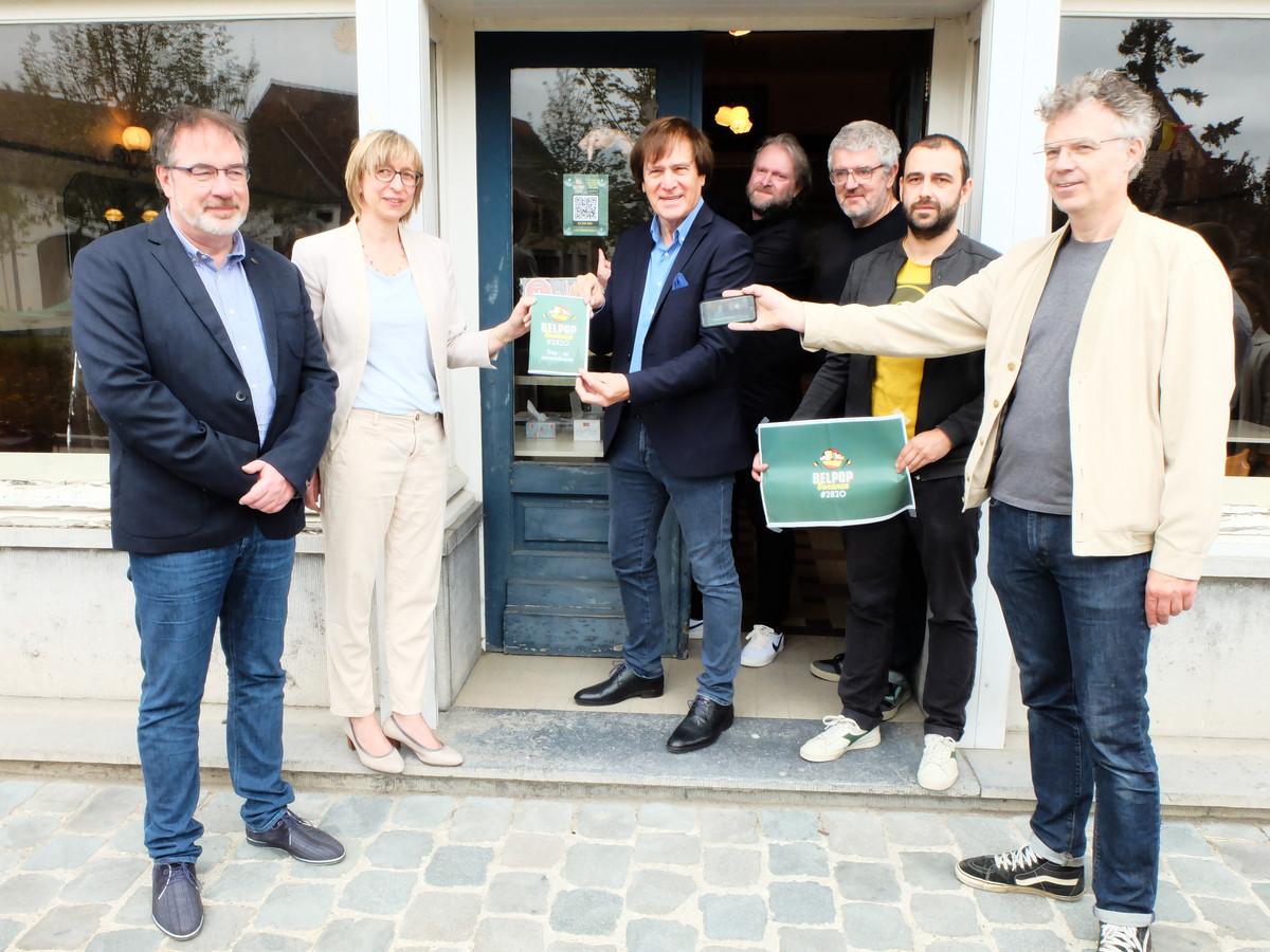 Belpop Bonanza presenteert fietsroute aan café De Zwaan in Rijmenam.